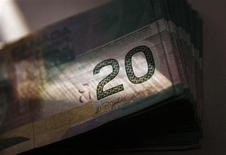 <p>Canadian currency in the form of twenty dollar bills are displayed in this posed photograph in Toronto, October 22, 2008.REUTERS/Mark Blinch</p>