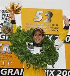 <p>Lucas Di Grassi posa com prêmio conquistado no Grand Prix de Macau, em 2005. Terceiro piloto da Renault e destaque da GP2 este ano, ele está a um degrau da Fórmula 1 e mostra total confiança de que dará o passo decisivo para a principal categoria do automobilismo já em 2009. REUTERS/Paul Yeung</p>