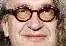 """<p>El director de cine alemán Wim Wenders durante la presentación de la cinta """"8"""" en el festival de cine de Roma, 23 oct 2008. Wenders y Jane Campion son dos de los aclamados directores detrás de una colección de cortometrajes sobre la lucha de Naciones Unidas contra la pobreza, pero la agencia de la ONU encargada de financiar el proyecto lo abandonó. REUTERS/Dario Pignatelli</p>"""