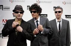 """<p>Foto de archivo de los miembros de Beastie Boys, en su llegada a los premios Webby en Nueva York 5 jun 2007. Mientras la banda Beastie Boys se prepara para dar inicio a su gira """"Get Out and Vote"""", el trío de raperos también se dedica a la grabación de una nueva producción para seguir al disco instrumental """"The Mix-Up"""", editado en el 2007. REUTERS/Lucas Jackson (EEUU)</p>"""