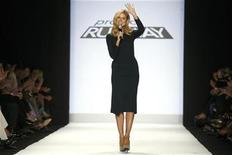 <p>Host Heidi Klum talks to audience members during the taping of the season finale of Project Runway during New York Fashion Week September 12, 2008. REUTERS/Keith Bedford</p>