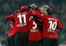 <p>Jogadores do Leverkusen comemoram gol feito no durante o campeonato alemão, no dia 28 de outubro. O Bayer Leverkusen marcou duas vezes nos últimos 20 minutos para derrotar o Werder Bremen por 2 x 0, nesta terça-feira, e assumir a liderança do Campeonato Alemão, ao menos por 24 horas. REUTERS/Christian Charisius (GERMANY). ONLINE CLIENTS MAY USE UP TO SIX IMAGES DURING EACH MATCH WITHOUT THE AUTHORITY OF THE DFL. NO MOBILE USE DURING THE MATCH AND FOR A FURTHER TWO HOURS AFTERWARDS IS PERMITTED WITHOUT THE AUTHORITY OF THE DFL. FOR MORE INFORMATION CONTACT DFL DIRECTLY.</p>