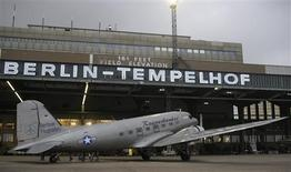 """<p>A so-called """"Candy Bomber"""" DC-3 airplane boards passengers at the Tempelhof airport in Berlin, October 29, 2008. REUTERS/Tobias Schwarz</p>"""