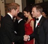 <p>Daniel Craig, protagonista do novo filme da série James Bond, cumprimenta o príncipe William REUTERS/Stephen Hird (BRITAIN)</p>