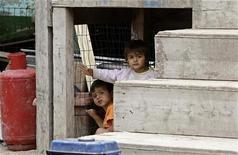 <p>Immagine d'archivio di bimbi in un campo nomadi di Roma. REUTERS/Max Rossi (ITALY)</p>