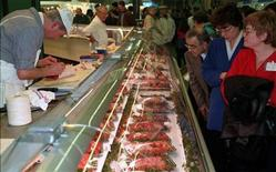 <p>Visitors to the 34th Paris Farm Show look at a butcher at work in this file photo from February 23, 1997. REUTERS/Christine Grunnet</p>