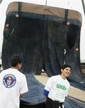<p>Trabajadores levantan un par de jeans en San Juan de Lurigancho en Lima, 30 oct 2008. - Tres pesadas grúas no pudieron levantar el jueves un pantalón vaquero de dos toneladas, hecho por costureras peruanas con la esperanza de obtener un lugar en el libro de récord Guinness como el pantalón de mezclilla más grande del mundo. REUTERS/Mariana Bazo(PERU)</p>