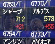 <p>People look at an electronic board displaying share prices at a securities company in Tokyo October 30, 2008. REUTERS/Yuriko Nakao(JAPAN)</p>