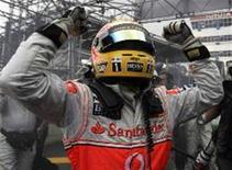 <p>O piloto da McLaren vibra ao garantir o título na Fórmula 1 após uma prova emocionante decidida apenas nos últimos metros. REUTERS/Paulo Whitaker (BRAZIL)</p>