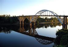 <p>The Edmund Pettus bridge over the Alabama River at Selma, Alabama is pictured on October 30, 2008. REUTERS/Matthew Bigg</p>