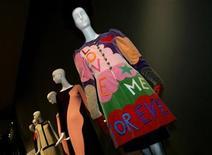 <p>Un vestido de novia creado por el diseñador francés Yves Saint Laurent en 1970 en exhibición en el museo deYoung en San Francisco, California, 30 oct 2008. La primera exhibición pública del trabajo del diseñador Yves Saint Laurent, tras su muerte en junio, se inauguró en el museo DeYoung en la ciudad de San Francisco el fin de semana pasado. REUTERS/Robert Galbraith</p>