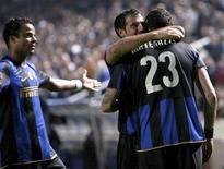 <p>Jogadores da Inter de Milão comemoram gol marcado contra o Anorthosis Famagusta na Liga dos Campeões. 4 de novembro.REUTERS/ Andreas Manolis (CYPRUS)</p>