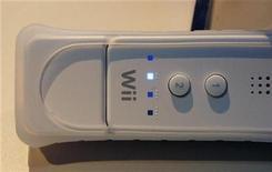 <p>Foto de archivo del accesorio de la consola Wii de Nintendo, Motion Plus, adherido a un mando de control del equipo, Los Angeles, EEUU, 15 jul 2008. Las ventas de videojuegos superarían este año las de música y otros productos digitales por primera vez en la historia, convirtiéndolos en la forma de entretenimiento preferida en el Reino Unido, dijeron expertos el miércoles. REUTERS/Fred Prouser</p>