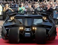 """<p>Foto de archivo del """"Batimóvil"""" presente en el estreno europeo europeo de la cinta """" The Dark Knight"""" en Leicester Square en Londres, 21 jul 2008. El grupo estadounidense de medios de comunicación Time Warner Inc registró el miércoles una ganancia mayor a la esperada en el tercer trimestre, por sólidas ventas publicitarias en sus redes de televisión por cable, como CNN, y el éxito de la película """"The Dark Knight"""". REUTERS/Toby Melville</p>"""