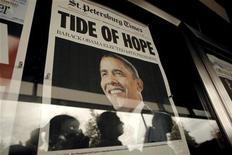 <p>Alcune persone guardano le prime pagine dei giornali con la notizia della vittoria di Barack Obama, davanti al Newseum di Washington. REUTERS/Kevin Lamarque</p>