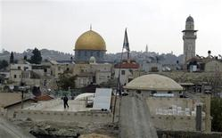 <p>An Israeli security guard walks on the rooftop of a synagogue in the Old City of Jerusalem October 15, 2008. The Dome of the Rock on the compound known to Muslims as al-Haram al-Sharif, and to Jews as Temple Mount, is seen in the background. A synagogue newly reopened in Jerusalem's Old City has worried Arab neighbours and Palestinian leaders who accuse Israel of using its political power to push them out and shift the city's religious balance toward the Jews. REUTERS/Mahfouz Abu Turk</p>