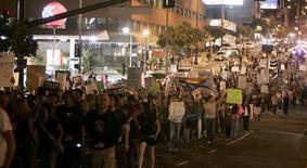 <p>Una manifestazione contro il divieto di matrimoni gay a Los Angeles. REUTERS/Danny Moloshok</p>