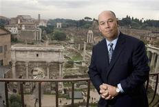 """<p>Uno de los creadores de Google Earth, Michael T. Jones, posa frente del antiguo foro romano en Roma 12 nov 2008. Google Inc mantendrá o hasta aumentará su cuota en el mercado de los anuncios, pese a que la desaceleración económica ha frenado los gastos a nivel mundial, porque su """"eficiente"""" modelo funciona en tiempos difíciles, dijo Michael T. Jones, uno de los creadores del servicio Google Earth. REUTERS/Tony Gentile (ITALIA)</p>"""