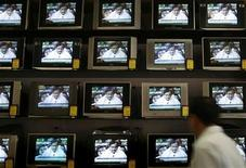 <p>A man looks at television screens displaying India's Finance Minister Palaniappan Chidambaram presenting the annual budget, at a consumer shop in Mumbai February 29, 2008. REUTERS/Punit Paranjpe</p>