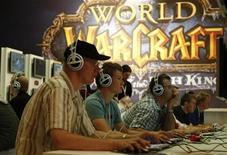 """<p>Foto de archivo de gente probando el juego 'World Warcraft' durante una exhibición de videojuegos en Alemania, 20 ago 2008. """"World of Warcraft"""" se ha convertido en un fenómeno entre los participantes de los videojuegos de rol en línea y su éxito sin precedentes llevó a su competencia a trasladar a los jugadores a nuevos mundos virtuales. REUTERS/Fabrizio Bensch</p>"""