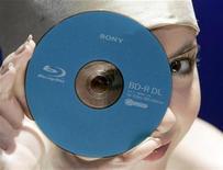 <p>Foto de archivo de un disco de alta definición Blu-ray de 50 gigabites en Tokio, 9 dic 2007. Los reproductores de discos de alta definición Blu-ray podrían ser uno de los productos estrella de la temporada de fiestas de fin de año, pero sus ventas estarán por debajo de las expectativas, ante el duro entorno económico, dijo el jefe de la unidad de electrónica de Sony en Estados Unidos. REUTERS/Yuriko Nakao</p>