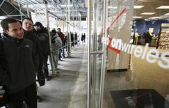 <p>La fila per acquistare il nuovo Blackberry Storm a New York. REUTERS/Brendan McDermid (UNITED STATES)</p>