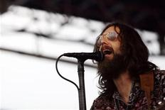 <p>Lead singer of the Black Crowes Chris Robinson performs at the Newport Folk Festival in Newport, Rhode Island, August 2, 2008. REUTERS/Shannon Stapleton</p>