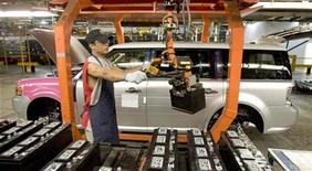 <p>Worker Nick Aphayvong prepares to install a battery into a Ford Flex on the assembly line at the company's Oakville Plant, June 3, 2008. REUTERS/Fred Thornhill</p>