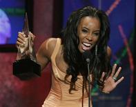 "<p>Singer Kelly Rowland of Destiny's Child accepts the Soul/R&B favorite album award for 'Destiny Fulfilled' during the 2005 American Music Awards at the Shrine Auditorium in Los Angeles November 22, 2005. Rowland is the subject of an hour-long documentary promoting AIDS awareness that is part of MTV's 10th anniversary of its show ""MTV Staying Alive,"" launched in 1998. REUTERS/Lucy Nicholson</p>"