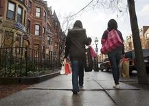 """<p>Shoppers carry their purchases along Newbury Street during """"Black Friday"""" shopping day, in the Back Bay neighborhood of Boston, Massachusetts November 28, 2008. REUTERS/Brian Snyder</p>"""