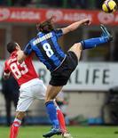 <p>Ibrahimovic dell'inter e Rinaudo del Napoli nella partita di oggi a Milano. REUTERS/Stefano Rellandini</p>