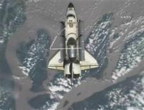 <p>Вид шаттла Endeavour из космоса, 28 ноября 2008 года Будущие космические путешественники смогут пить собственную мочу благодаря новому водоочистителю на Международной космической станции, но теперь они имеют возможность делать это с особым шиком. REUTERS/NASA TV.</p>