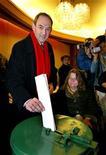 """<p>Foto de archivo del el alcalde de Amsterdam, Job Cohen, durante las elecciones en Holanda, 22 ene 2003. El Gobierno de Holanda prohibió el lunes la venta de los nuevos hongos """"mágicos"""", aunque la aplicación de la normativa se retrasó debido a los problemas acerca de cómo regular el asunto. REUTERS/Paul Vreeker</p>"""
