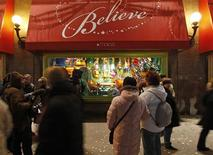 <p>People look at Macy's annual Christmas windows in New York November 23, 2008. REUTERS/Chip East</p>