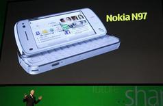 <p>Anssi Vanjoki, vice-presidente executivo da Nokia, apresenta o novo 'Nokia N97' durante o congresso 'Nokia World 08' em Barcelona, dia 2 de dezembro. A Nokia, maior fabricante mundial de celulares, revelou na terça-feira o modelo N97, o novo carro-chefe de sua linha de celulares inteligentes. O aparelho tem uma grande tela sensível a toques e teclado incorporado. REUTERS/Albert Gea (SPAIN)</p>