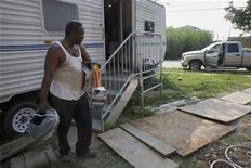 <p>A Lower Ninth Ward resident removes belongings from his Federal Emergency Management Agency trailer before evacuating New Orleans ahead of Hurricane Gustav, August 30, 2008. REUTERS/Lee Celano</p>
