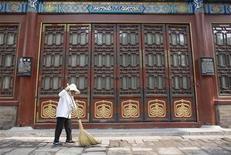 <p>A worker sweeps near a door in the Forbidden City in Beijing July 9, 2008. REUTERS/Darren Whiteside</p>