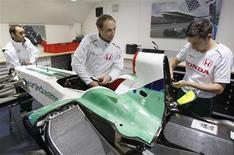 <p>Mecânicos da Honda trabalhando no carro de corrida na garagem da equipe de F1, região central da Inglaterra. Ecclestone diz que há compradores interessados na Honda. REUTERS/Stephen Hird</p>