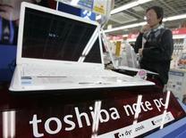 <p>Foto de archivo de un ordenador portátil Toshiba en una tienda de Tokio, 25 abr 2008. El fabricante japonés de electrónica Toshiba detendrá la producción de chips en dos plantas durante nueve días debido a la escasa demanda, en la que será la primera interrupción en siete años, informó el viernes la cadena NHK. REUTERS/Yuriko Nakao</p>
