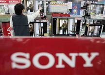 <p>Sony a l'intention de supprimer 8.000 emplois, de réduire drastiquement se investissements et de sortir de ses activités déficitaires dans le cadre d'une restructuration dont il attend 100 milliards de yens (855 millions d'euros) d'économies. /Photo d'archives/REUTERS/Yuriko Nakao</p>