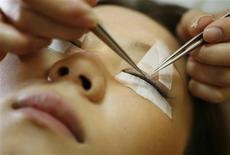 <p>A staff member of the Glamour Eye Salon undegoes an eyelash extension treatment in Tokyo December 4, 2008. JAPAN-EYELA</p>