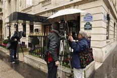 <p>The media work outside the Harry Winston store in Paris December 5, 2008, the day after armed robbers stole jewels worth 85 million euros ($108 million) in a raid on the luxury shop, located just off the Champs Elysees. REUTERS/Benoit Tessier</p>