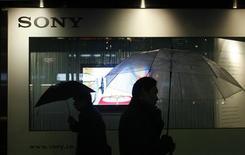 <p>Pessoas caminham em frente a loja da Sony em Tóquio, no dia 9 de dezembro. O grande número de demissões na Sony e o anúncio de projeções desanimadoras pela Samsung Electronics marcam o que muitos vêem como o início de um longo inverno para um dos setores essenciais da economia asiática e novas más notícias devem surgir nas próximas semanas. REUTERS/Kim Kyung-Hoon (JAPAN)</p>
