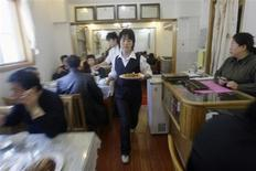 <p>A waitress serves customers at Yuebin Restaurant located in the Cuihua Hutong (Lane) of Beijing in this November 17, 2008 file photo. REUTERS/Jason Lee/Files</p>