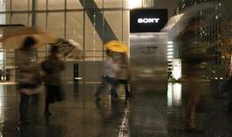 <p>Face à la forte baisse de la demande pour ses produits électroniques, Sony va supprimer 16.000 emplois dans le monde, réduire ses investissements et fermer plusieurs usines. /Photo prise le 9 décembre 2008/REUTERS/Toru Hanai</p>