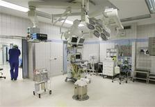 <p>An empty operating theatre is seen at the University hospital in western German city of Bonn March 16, 2006. REUTERS/Ina Fassbender</p>
