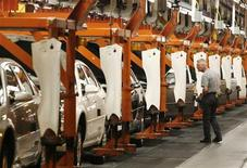 <p>A General Motors employee inspects Chevrolet Impalas on the production line in Oshawa, Canada August 21, 2006.REUTERS/J.P. Moczulski</p>