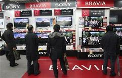 <p>Personas miran televisores Sony en una tienda en Tokio 9 dic 2008. El recorte de 16.000 empleos anunciado por Sony Corp para ahorrar 1.100 millones de dólares no será suficiente para resolver sus problemas y necesitará una reestructuración aún mayor. REUTERS/Kim Kyung-Hoon</p>