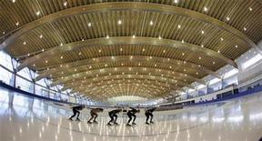 <p>Members of the Canadian long track speed skating team train on the new Richmond Oval in Richmond, British Columbia October 21, 2008. REUTERS/Andy Clark</p>