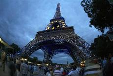 <p>Эйфелева башня в цветах ЕС в Париже 6 июля 2008 года. Пять взрывных устройств были обезврежены в большом магазине в центре Парижа во вторник, сообщило французское телевидение, ссылаясь на источники из полиции. REUTERS/Mal Langsdon</p>